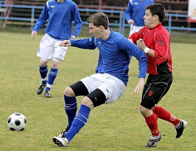 Kádr žďárských fotbalistů se před novou sezonou rozšířil. Konkurence vzrostla na všech postech. Například Václav Pohanka (v modrém) se z nabitého útoku přesunul do středu záložní řady.