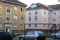 Na některých domech v sídlišti Stalingrad ve Žďáře nad Sázavou při obnově fasád majitelé sgrafita zachovali (vpravo), jinde na rekonstrukci ještě nedošlo (vlevo).