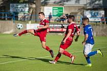 Poslední dva zápasy odehráli fotbalisté Velkého Meziříčí (v červeném) na domácí půdě. Příliš se jim nevedlo, protože oba prohráli, navíc nevstřelili ani jednu branku.