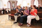 Stovky věřících se v sobotu a v neděli sešly při několika mších v poutním kostele svatého Jana Nepomuckého na Zelené hoře. Po nedělní odpolední mši svaté se konala májová pobožnost.