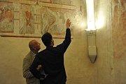 Na velkomeziříčském zámku zpřístupnili sál s obnovenou unikátní freskovou výzdobou. Nejstarší malby znázorňující rytířský souboj se datují před rokem 1300.