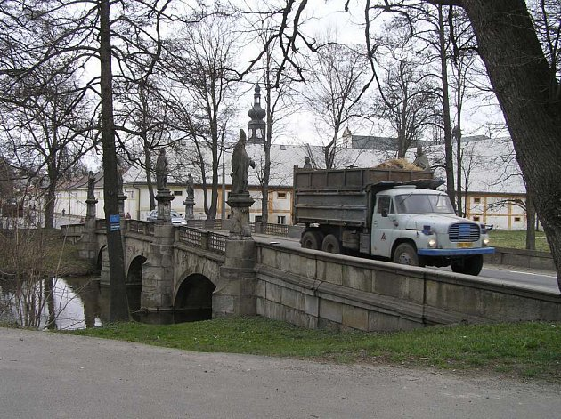 Nákladní doprava bude při opravě barokního mostu u žďárského zámku zcela odkloněna.