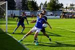 Sobotní remízový zápas mezi Velkou Bíteší (v modrých dresech) a Břeclaví okořenilo vyznamenání pro internacionála Vladimíra Šmicera.