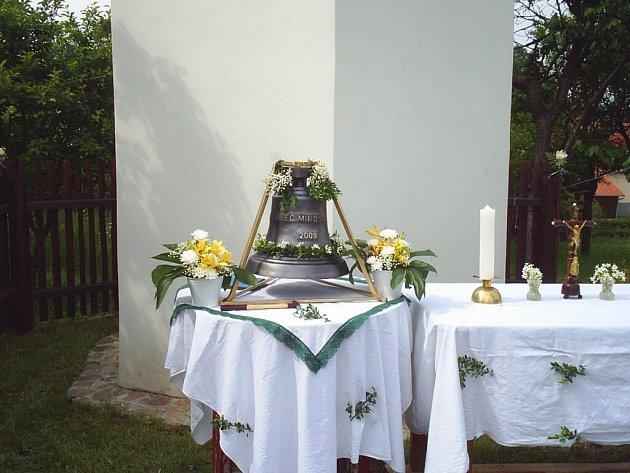 V Mirošově mají nový zvon. V sobotu mu slavnostně požehnal místní kněz  Pavel Römer.