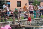 """Hasiči v Zubří uspořádali závod v chůzi přes """"návesní"""" rybník v  obci. V sobotu se ho suchou nohou překonat pokusilo více než třicet odvážlivců."""