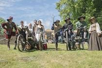 Žďárská skupina historického šermu existuje už pětadvacet let. Jak vysvětlují šermíři z Flambergu, šerm je baví stále stejně i po letech.