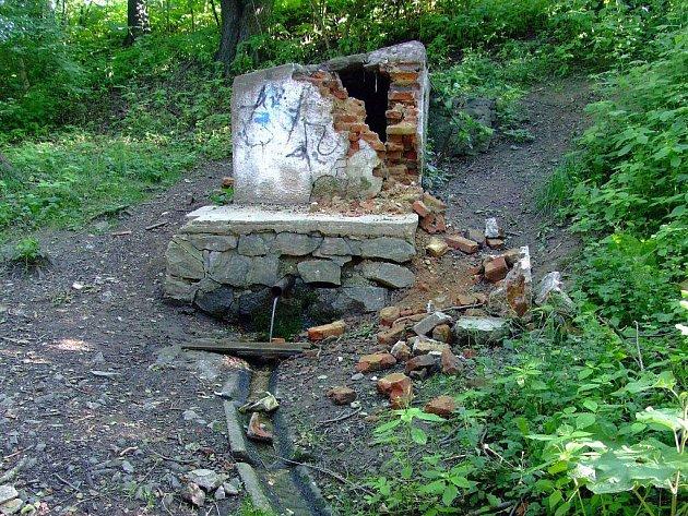 V současné době připomíná studánka v úvozu procházejícím žďárským sídlištěm Klafar ruinu.