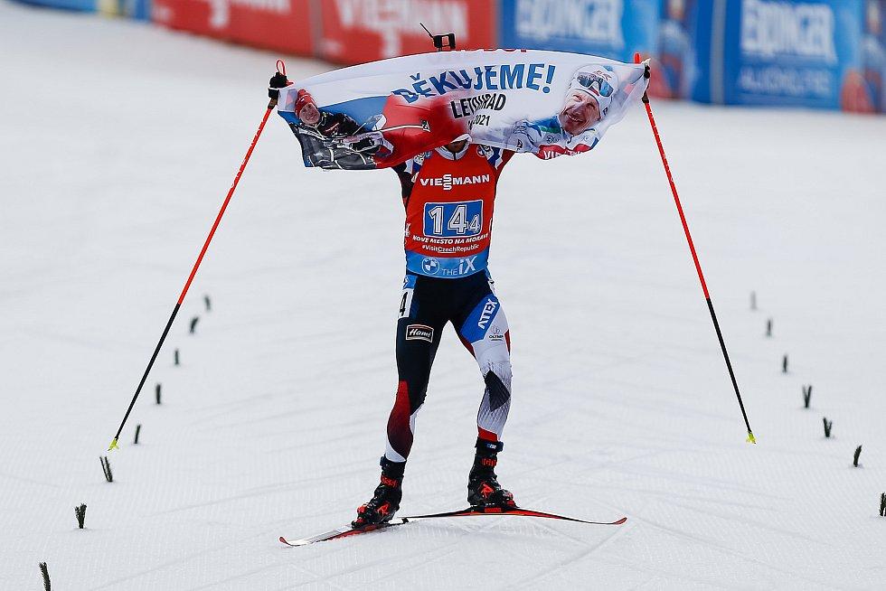 Michal Krčmář projíždí cílem s poděkováním Ondrovi Moravcovi při závodu Světového poháru v biatlonu ve smíšené štafetě.