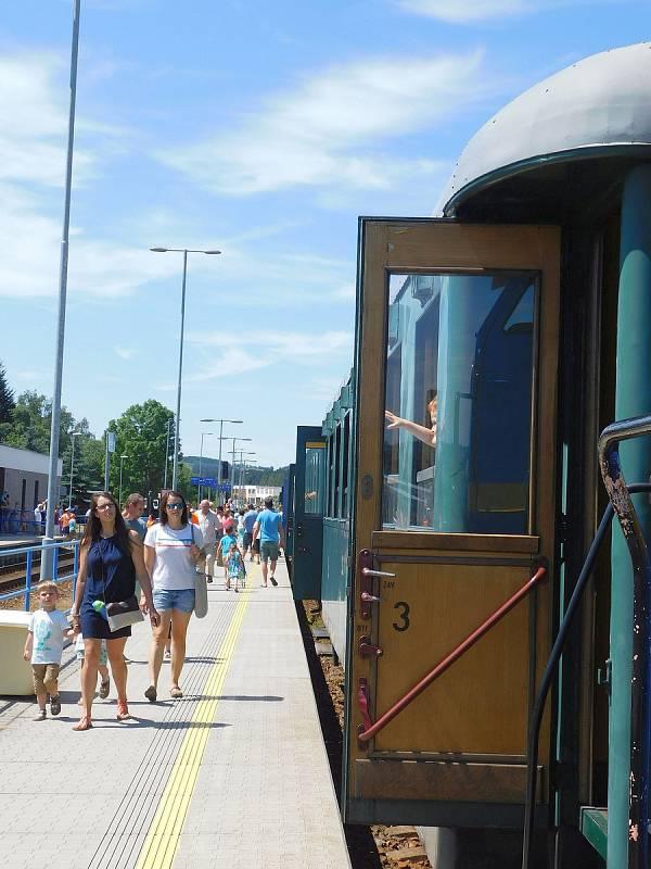 Historický vlak se musel obejít bez parní lokomotivy, z Nového Města ho zpět do Brna táhla dieselelektrická lokomotiva typu T 466. Vyráběly se v letech 1971–1979 v Turčianských strojírnách ve slovenském Martině.