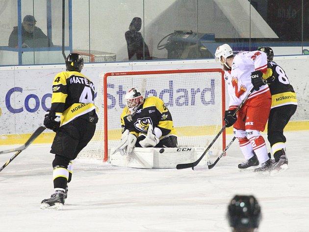 V pořádnou přestřelku se zvrhl druhý přípravný zápas hokejistů Žďáru (v bílém) na nadcházející druholigovou sezonu. Plameny doma zdolaly Moravské Budějovice (ve žlutočerném) vysoko 9:4.