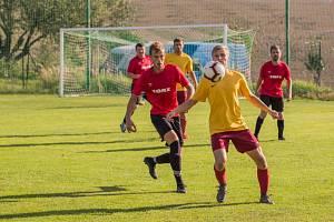 Fotbalisté Rožné (ve žlutých dresech) doma v posledním podzimním kole podlehli Rudolci 3:5 a přišli kvůli tomu o vedoucí příčku v tabulce.