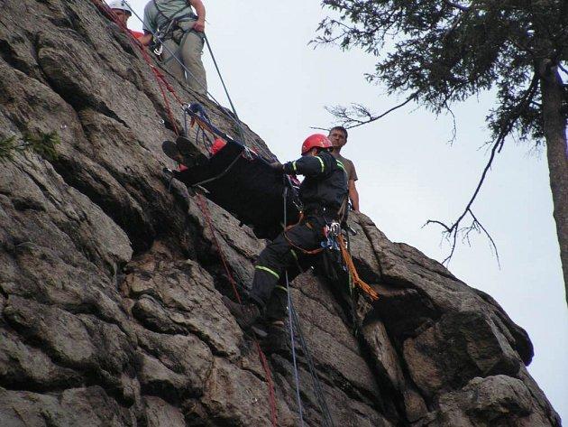 Šestadvacetiletý horolezec z Brna se těžce zranil při zdolávání Pasecké skály na Novoměstsku. Na místě zasahovali žďárští a novoměstští hasiči.