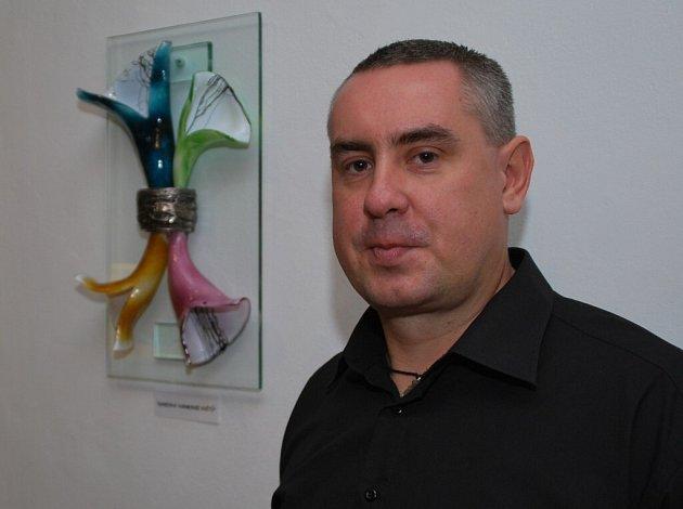 Umělecký sklář Radek Kolbábek vystavuje v novoměstské kavárně na Masarykově ulici.