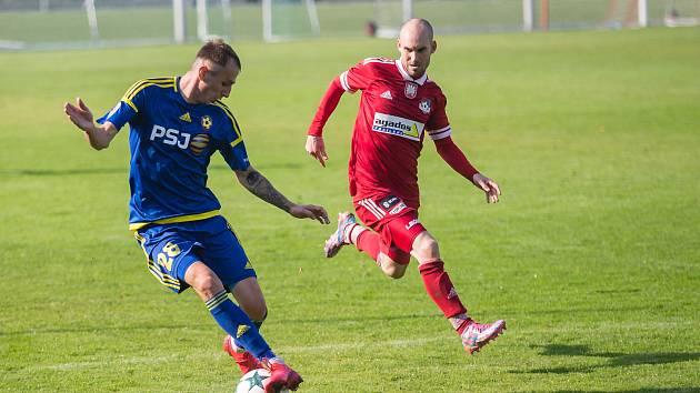 V souboji Velkého Meziříčí (v červeném) s juniorkou Jihlavy (v modrém) se radoval prvně jmenovaný celek z výhry 2:0.