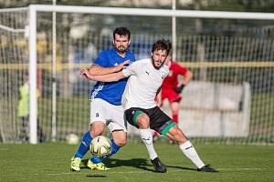 Hned v prvním kole na sebe v nadcházejícím ročníku krajského přeboru narazí fotbalisté Nové Vsi (v modrém dresu obránce Jiří Krejčí) a Pelhřimova.