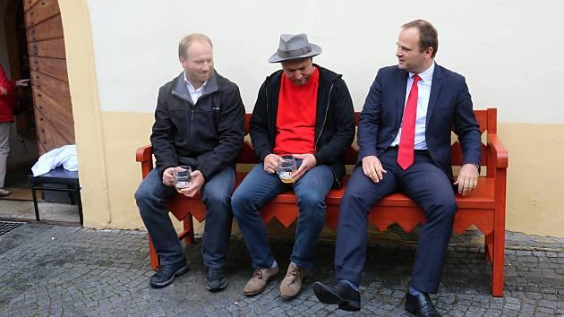 Před Horáckým muzeem nyní stojí nová lavička připomínající slavného novoměstského rodáka.