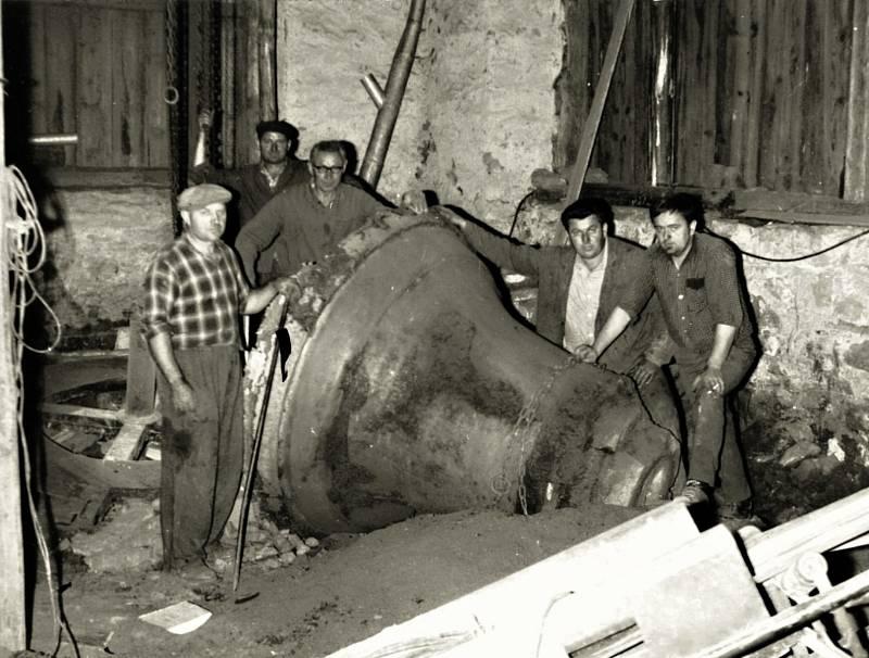 Zvonařská dílna se do Martinic přesunula v roce 1969 a zabydlela se ve stodole domu Aloise Drápely v čísle dvanáct.