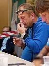 Ve Vírském Chilli Drakovi změřilo své síly deset příznivců pálivých pokrmů. Postupně vypadávali ti, kteří již nemohli v konzumaci předkládaného menu pokračovat. Na snímku bronzový Karel Svoboda (vlevo) a stříbrný Kamil Hamerský.