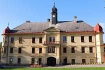 Okolí zámku v Dolní Rožínce.