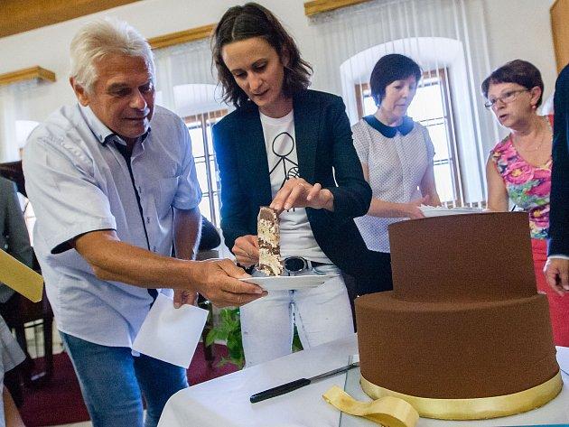 Překvapením byl pro Martinu Sáblíkovou i trenéra Petra Nováka obrovský dort, který v pondělí od vedení města Žďáru dostala.