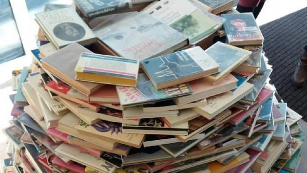 Čtenáři mohou v soutěži tipovat, kolik publikací bylo na originální stromeček použito.