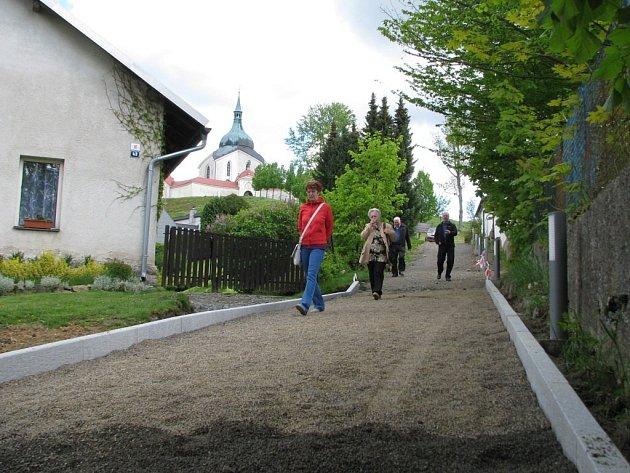 Bezpečnější a zároveň malebnější cestu ze zámku na Zelenou horu budou mít turisté ve Žďáře nad Sázavou. Rekonstrukce má být hotová do června.