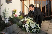 Hrdinský čin Petra Vejvody, který svůj život položil za spolužačku, si květinami a zapálením svíček u pamětní desky před školou připomněli včera i žďárští zastupitelé.