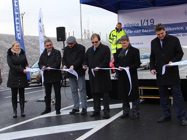 Ve Žďáře nad Sázavou se oficiálně otevřela první část městského obchvatu. Vede od obce Mělkovice ke žďárské průmyslové zóně. Především má z centra Žďáru odklonit tranzitní dopravu.