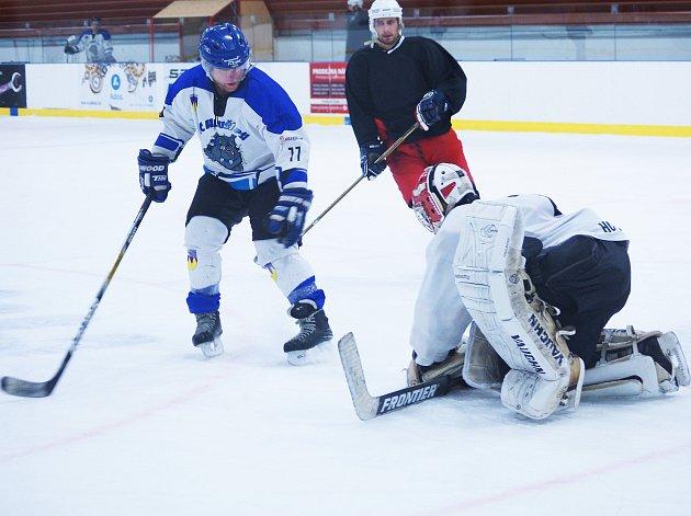 Do finále Bystřické hokejové ligy se probojovali hráči Bystřických Sokolů a Písečného. Úvodní zápas se hraje v neděli od 16 hodin.