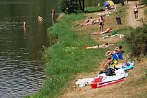Lidé další tropický den nejčastěji trávili u vody.