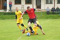 Fotbalisté rezervy Nové Vsi (v červeném dresu kapitán Petr Bureš) zvítězili v Křoví 6:0. Bobrová (ve žlutém) pak nasázela nováčkovi z Jimramova osm branek.