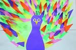 Děti nakreslily či namalovaly spoustu obrázků, které potěší klienty Charity. Autorkou páva je Lucinka.