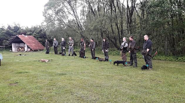 Myslivci uspořádali lesní zkoušky jezevčíků a teriérů