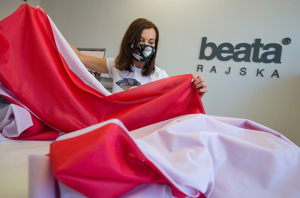 Módní návrhářka Beata Rajská ve svém ateliéru ve Žďáře nad Sázavou šije 24 metrů velké národní vlajky, které budou viset na věžích kostela svaté Ludmily a na Náměstí Míru v Praze.