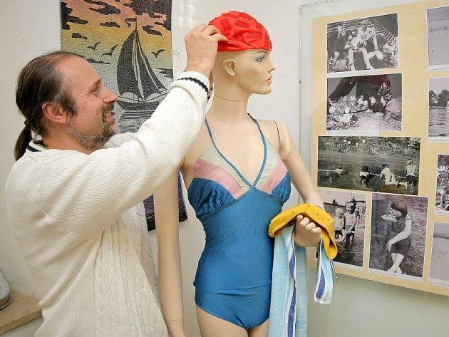 Výstava Regionálního muzea města Žďáru nad Sázavou připomíná například i gumové koupací čepice, které bývaly na táborech při koupání jasným rozpoznávacím znamením jednotlivých oddílů. Všechny děti v oddíle měly čepici stejné barvy.