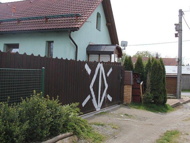 Nelichotivý obrazec na vrata Pohankových namaloval neznámý pachatel.