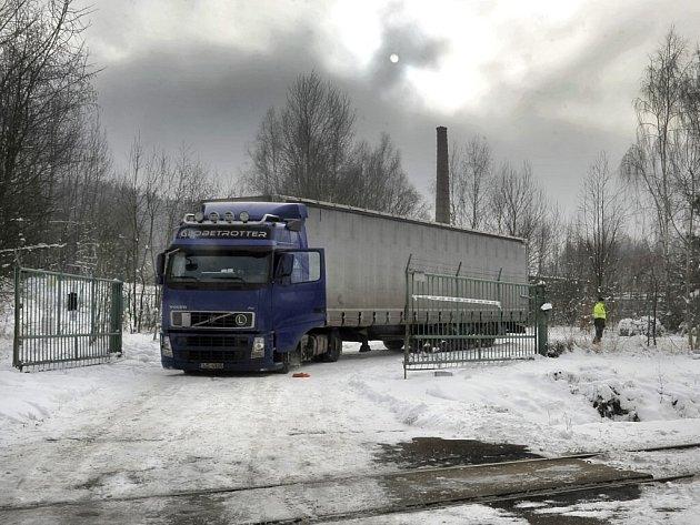 Více než milion litrů lihu vyváželi celníci z areálu několik týdnů.