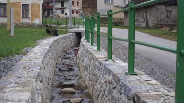 Okolo Ubušínského potoka jsou nově vybudované opěrné zdi, které mají zabránit povodním.