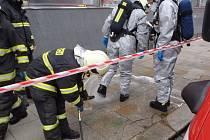 Zásah hasičů v centru Velkého Meziříčí vzbudil rozruch. Záchranáři v ochranných oblecích likvidovali neznámou chemikálii na chodbách radnice.