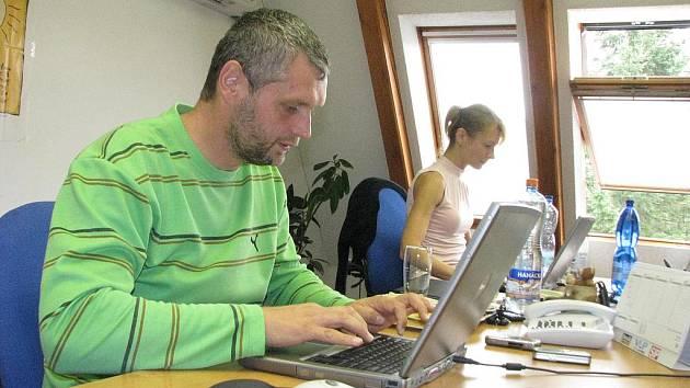 Ladislav Bárta v redakci Žďárského deníku.