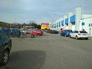 I dopoledne je parkoviště před supermarketem Albert na Halasově náměstí v Brně plné.