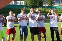 Po dvou letech v krajském přeboru se fotbalisté Bystřice (v červeném) mohou opět chlubit přídomkem divizní.