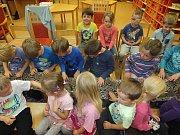 Představení s opičkami, psy a hady zhlédly děti z Mateřské školy Vysočánek ze Žďáru.