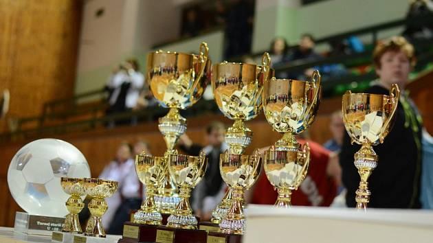 Nedílnou součástí fotbalových turnajů mládeže jsou poháry. Nejinak tomu bude v neděli ve sportovní hale na Bouchalkách.