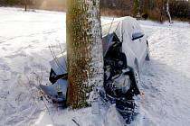 Nezvládnutý smyk byl příčinou nehody u Obyčtova na Žďársku. Řidič fordu tam narazil do stromu.