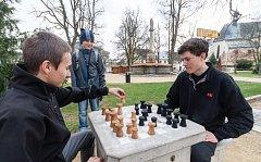Hraní královské hry přímo pod širým nebem se už stalo v Novém Městě na Moravě tradicí. Letošní šachová sezona byla zahájena s novými dřevěnými figurkami. Ty jsou dílem žáků novoměstské Střední odborné školy.