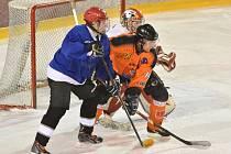 Hokejisté Přibyslavi (ve světlém) si remízou s Veselíčkem zajistili vítězství po základní části Vesnické ligy. Ve čtvrtfinále play-off se v sobotu střetnou s osmým Znětínkem.