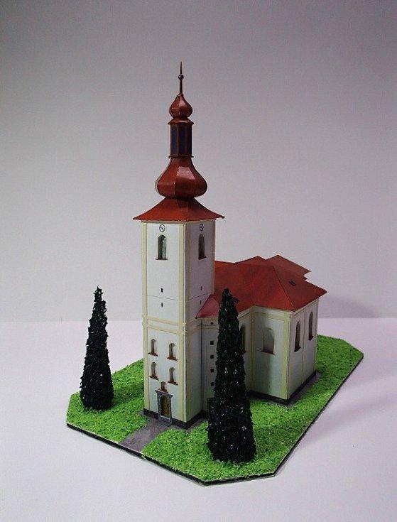 Tvorba modelů kostelíků a kapliček má své zákonitosti, které nelze obejít. Výsledek pak ale stojí za to, a tak je jeho dílo často vystavováno například v obecních knihovnách.