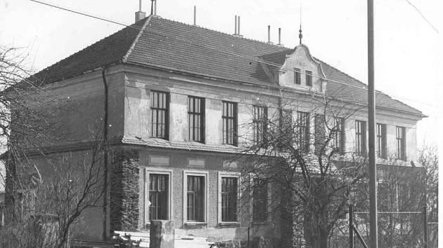 Bohdalecká škola na snímku ze 70. let 20. století. Založena 1914.