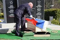 Ostatky sedmi vojáků Rudé armády, kteří zahynuli při osvobozování Žďárska na jaře 1945, byly v sobotu 25. dubna 2015 ve Žďáru nad Sázavou pietně uloženy do hrobu na novém hřbitově.